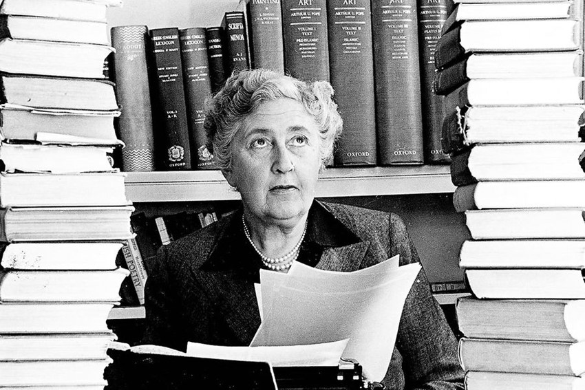 La escritora Agatha Christie en su estudio.