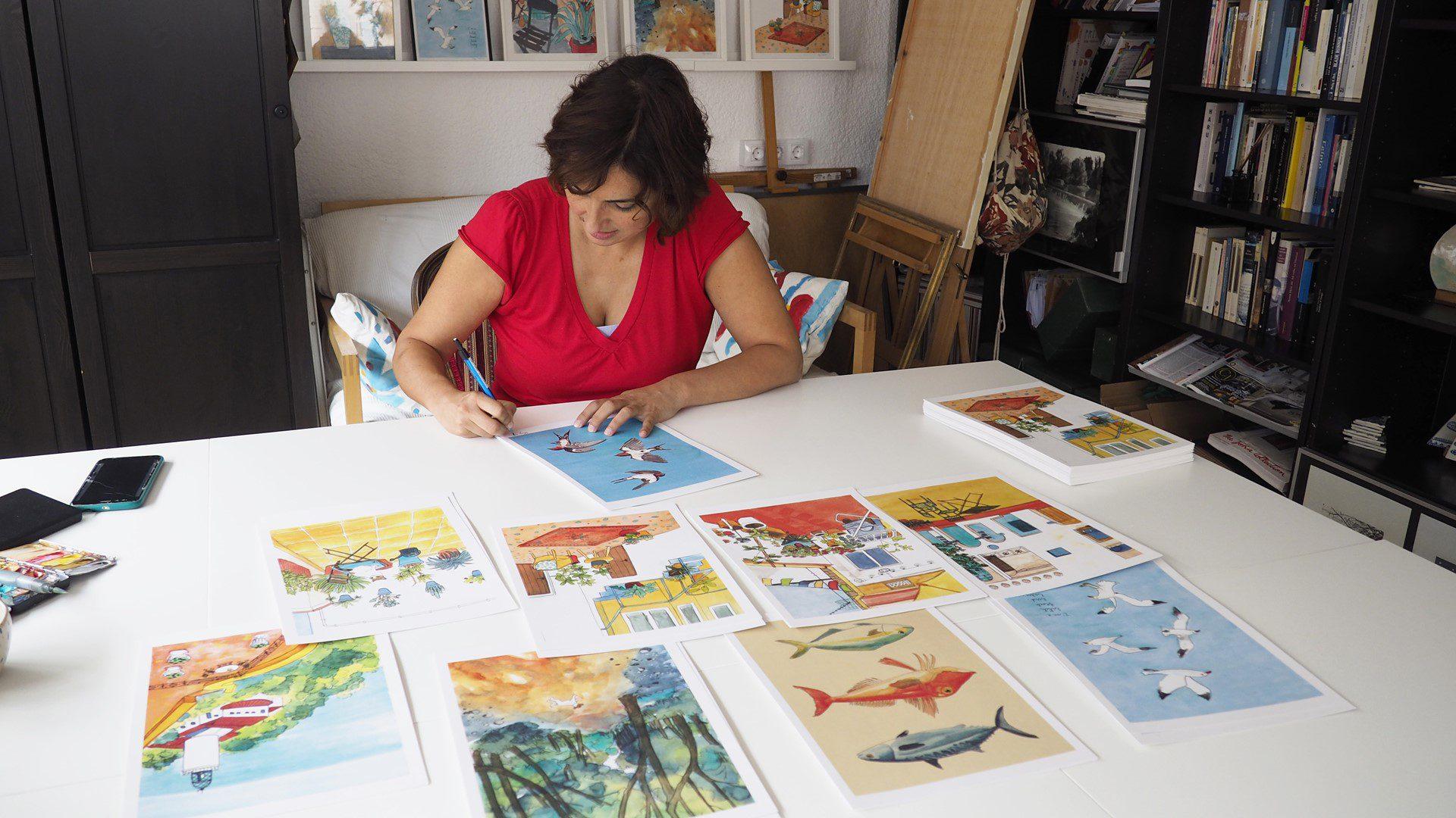 La ilustradora Olga Molina dibujando en su estudio.