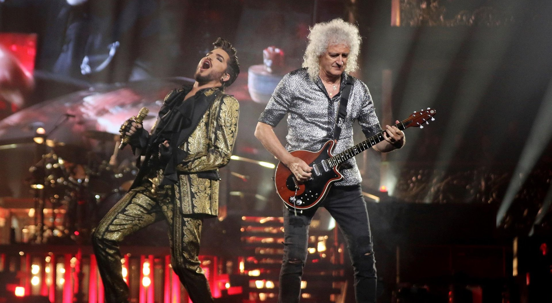 Queen y Adam Lambert durante un concierto.