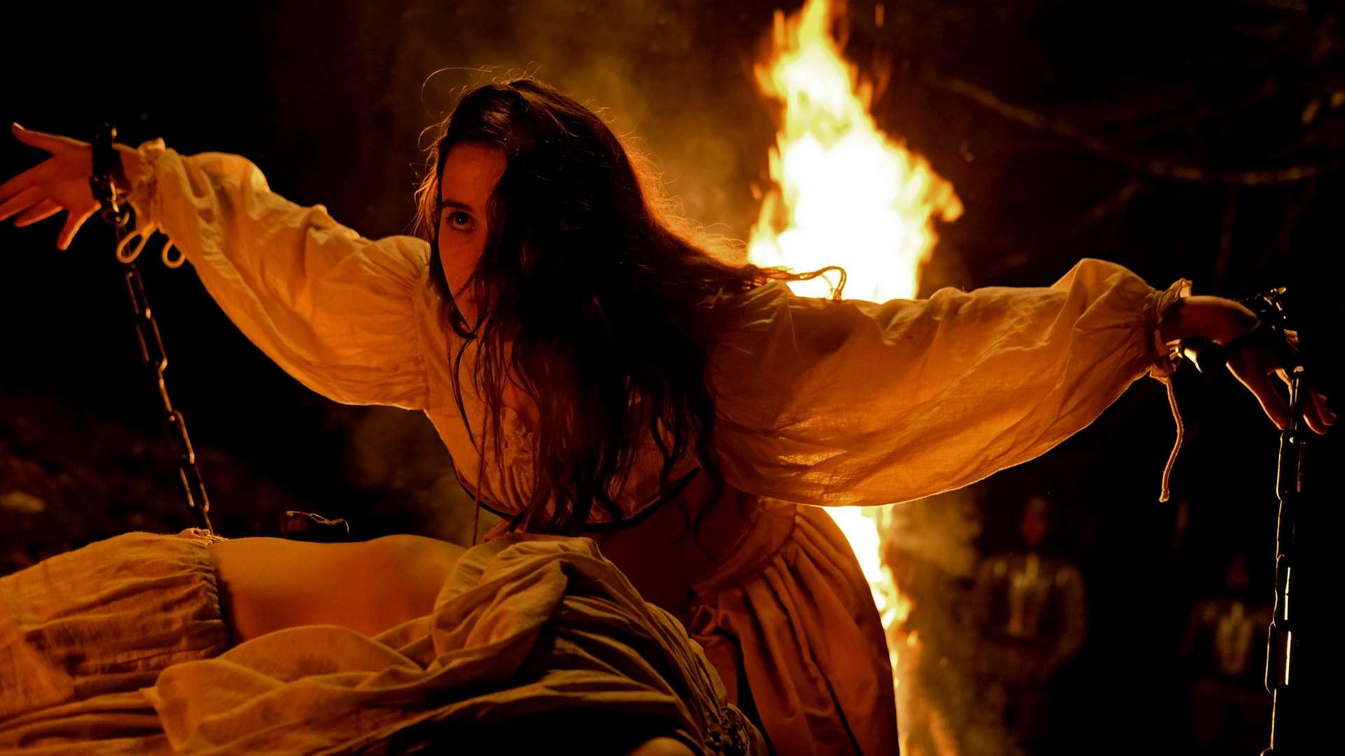 Escena de la película Akelarre de Pablo Agüero, protagonizada por Amaia Aberasturi.