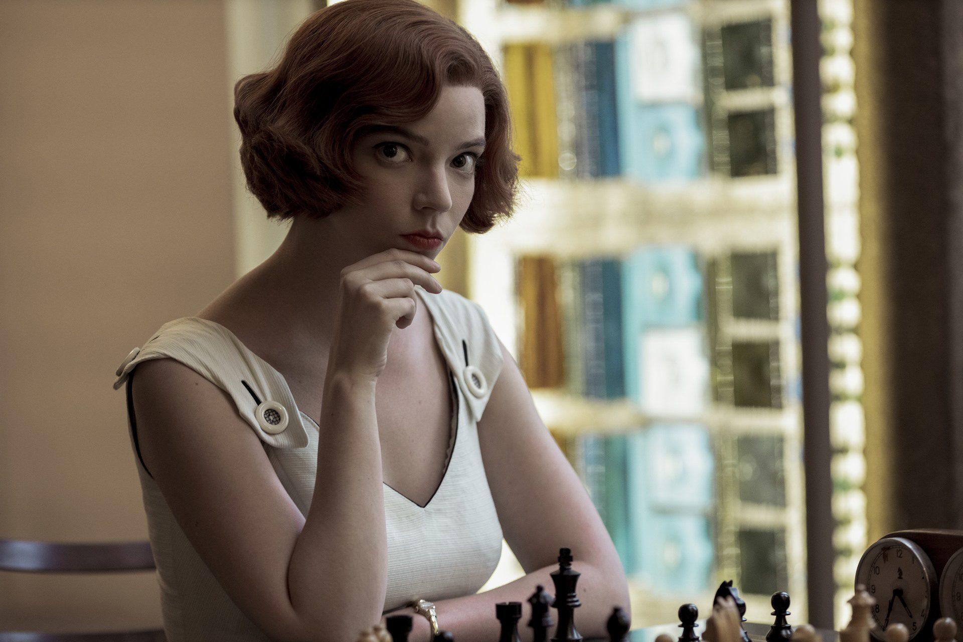 Beth Harmon (Anya Taylor-Joy) en Gambito de dama.