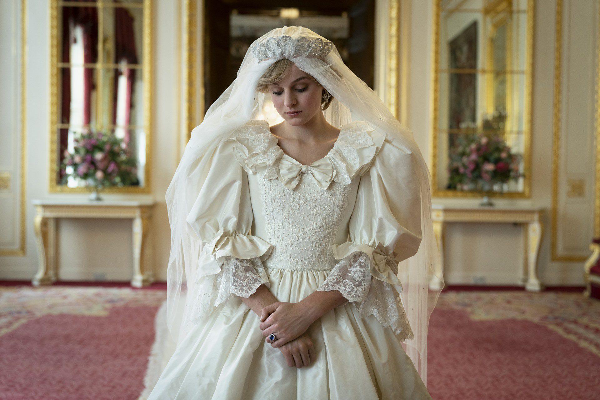 Lady Diana Spencer vestida de novia en la cuarta temporada de The Crown.