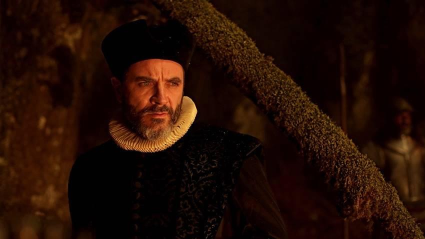Alex Brendemühl como el juez Rosteguy en Akelarre.