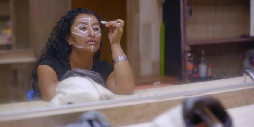 Priscilla maquillándose en el baño.