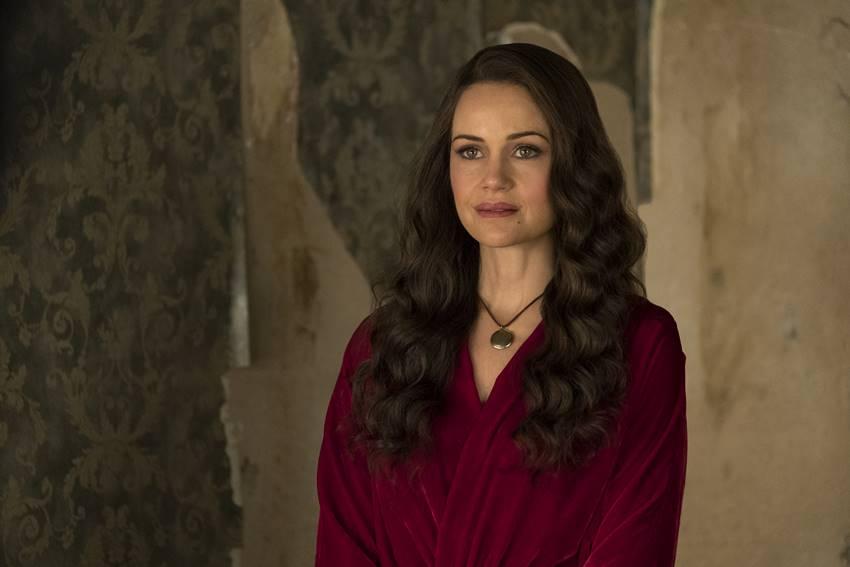 La actriz Carla Gugino en el papel de Olivia Crane en La maldición de Hill House.