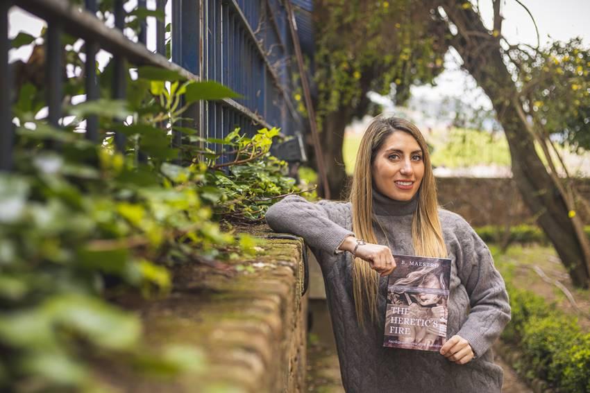 La escritora Beatriz Maestro con uno de sus últimos libros publicados.