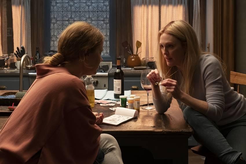 Escena de La mujer en la ventana (2021), Amy Adams es Anna Fox y Julianne Moore es Jane.