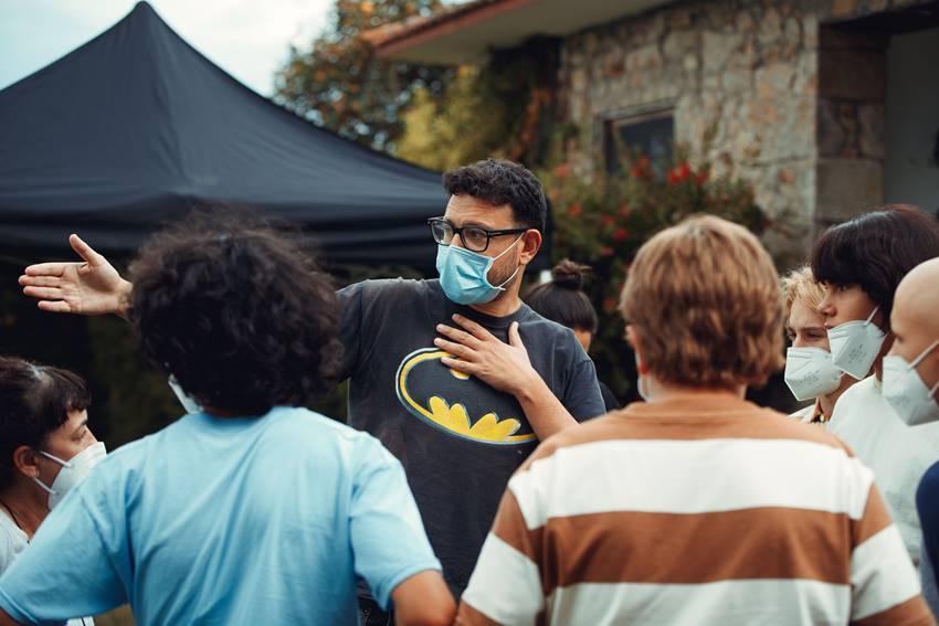 El director Dani de la Torre junto a parte del equipo dura te el rodaje de Live is Life.