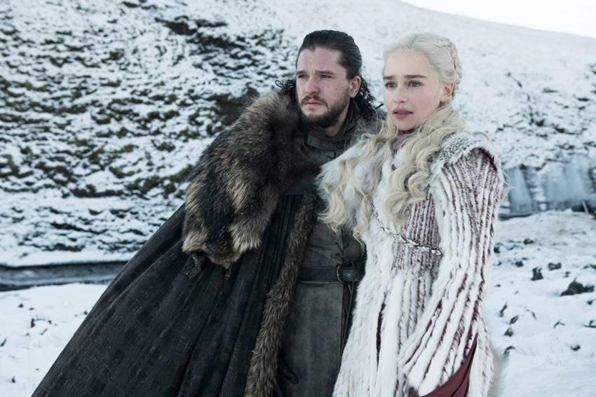 Emilia Clarke como Daenerys Targaryen y Kit Harington en el papel de Jon Snow en Juego de Tronos.