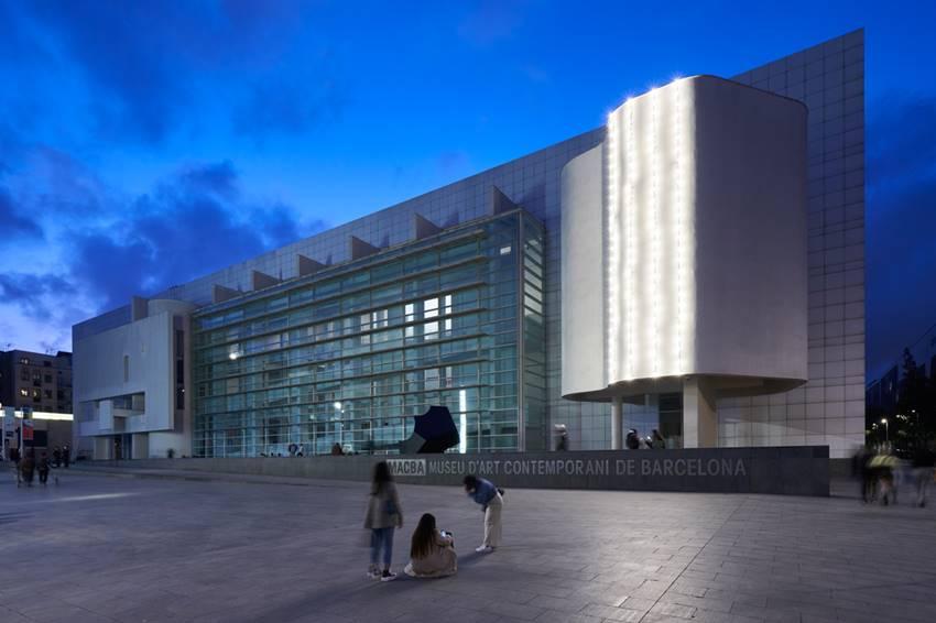 Vistas exteriores de la exposición Félix González-Torres. Política de la relación en el MACBA. Foto: Miquel Coll.