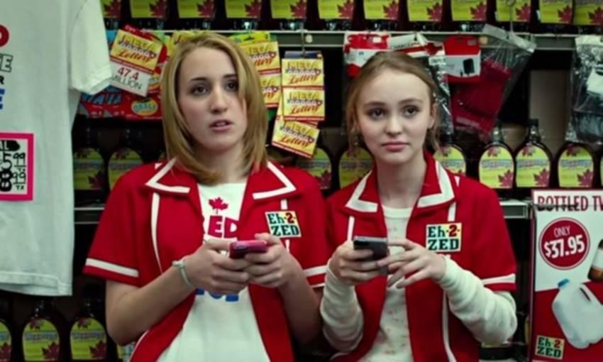 Harley Quinn Smith (hija de Kevin) y Lily-Rose Depp en Tusk