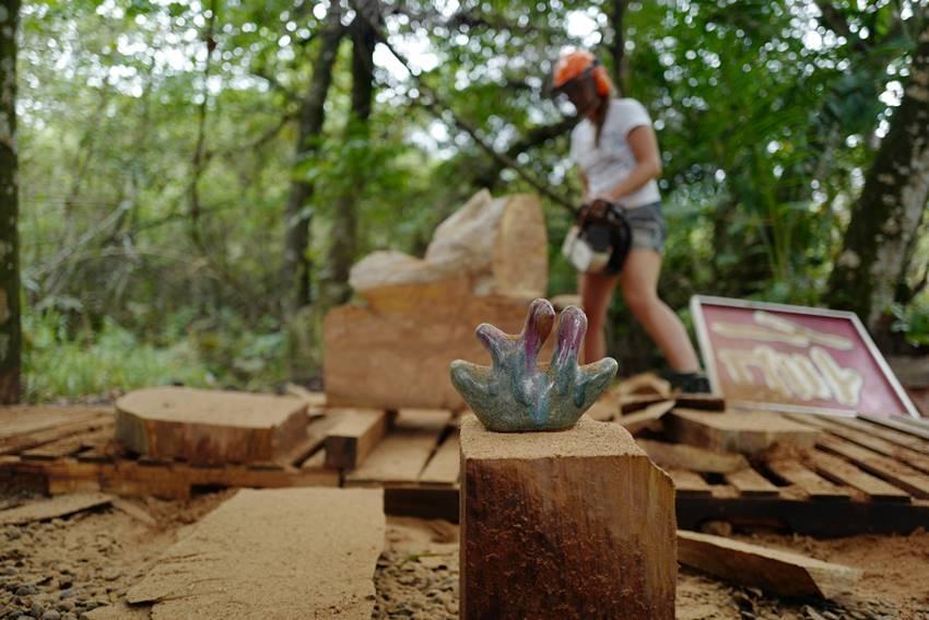 Claudia Comte trabajando en el proyecto en Jamaica. Foto: Retts Wood.
