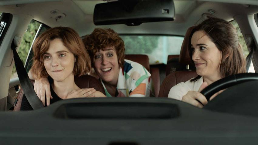 La actriz y directora Leticia Dolera junto a las actrices Celia Freijeiro y Aixa Villagrán en la serie Vida perfecta.