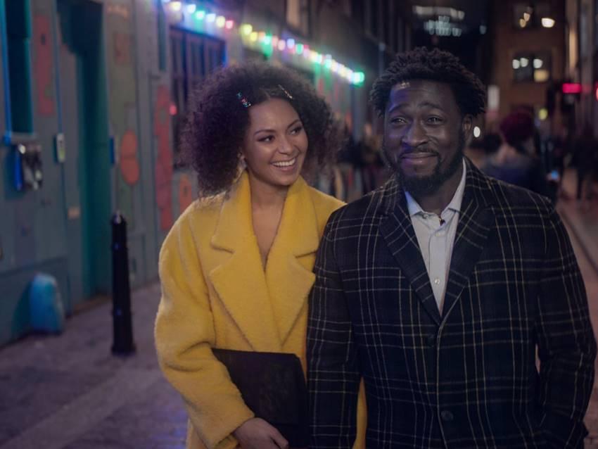 Lois Chimimba (Hannah) Eric Kofi-Abrefa (Mark) en la serie The One. ©Netflix