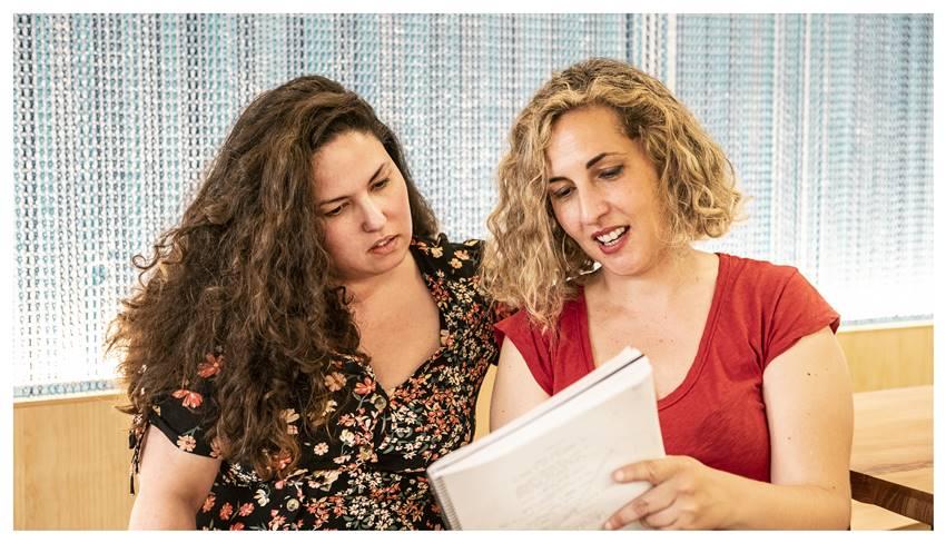 Laura Galán y Carlota Pereda. Cerdita.
