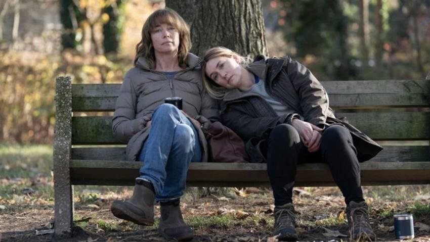 Kate Winslet y Julianne Nicholson en Mare of Easttown. Imagen: HBO