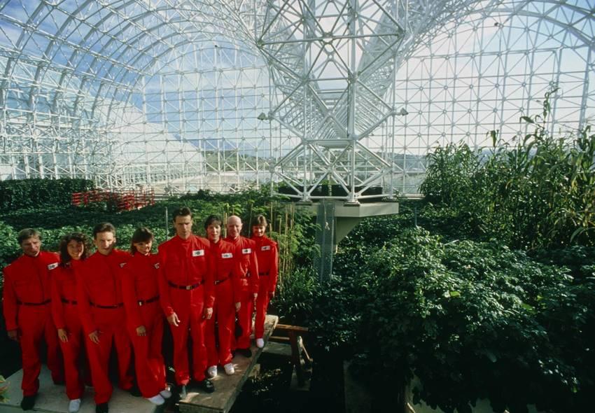 Imagen del documental Spaceship Earth. Los habitantes del Biosphere 2 en el edificio en Oracle, Arizona. Imagen cedida por NEON.