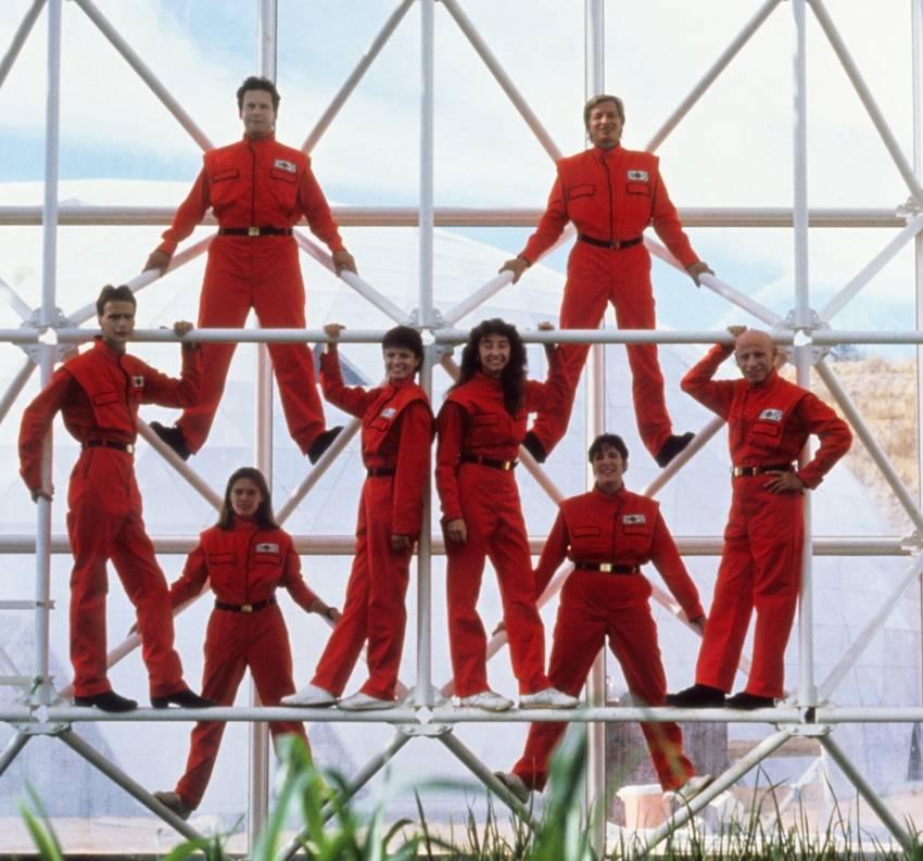 Imagen del documental Spaceship Earth con los ocho integrantes del Biosphere 2. Cedida por NEON.