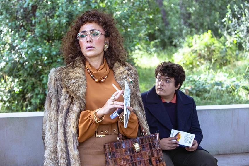 Candela Peña en el papel de madre de Roberto (Bob Pop) y Gabriel Sánchez como Roberto adolescente.