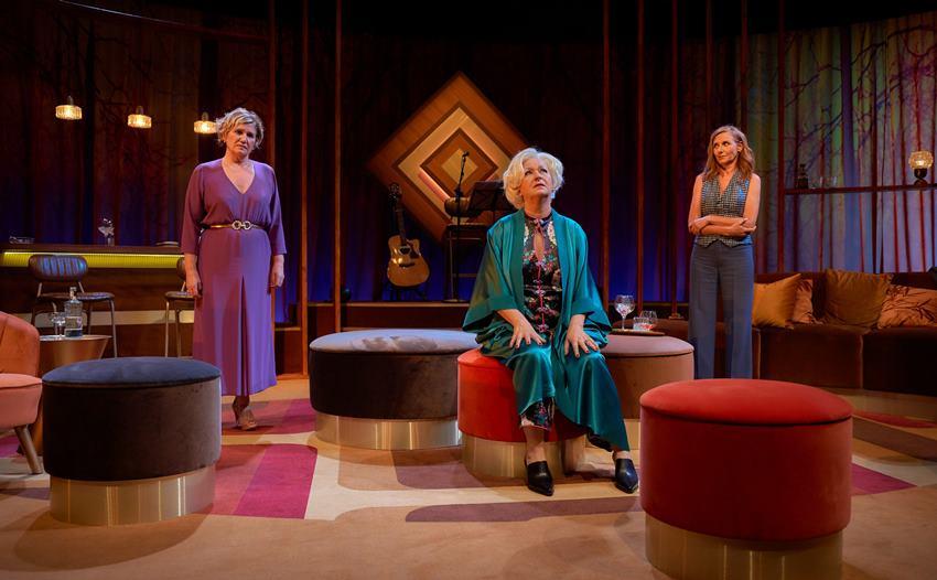 Ana Wagener, Amparo Fernández y Mona Martínez en Las bárbaras. Dirige Carol López.