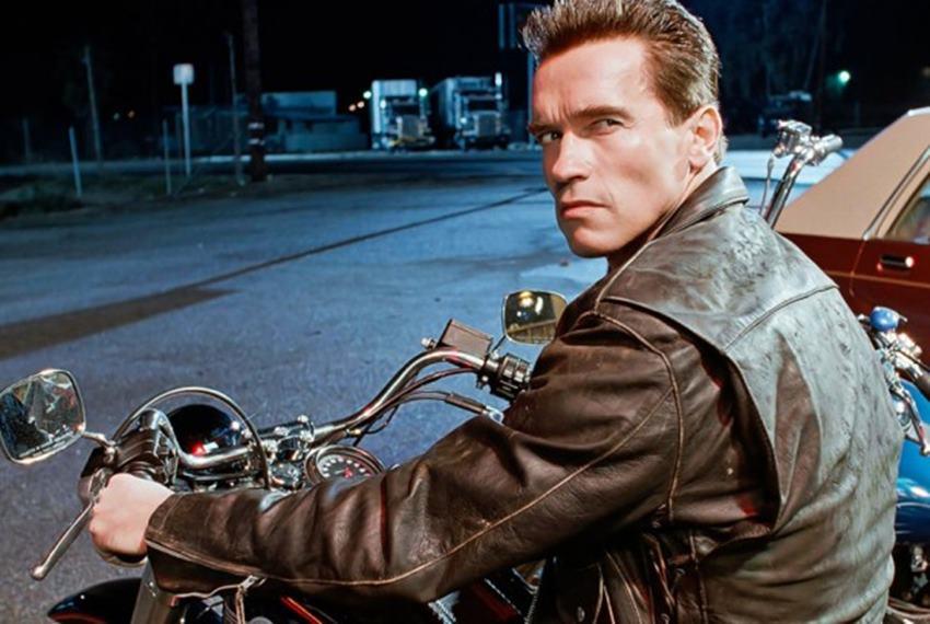 Arnold Schwarzenegger (T-800) en Terminator 2.