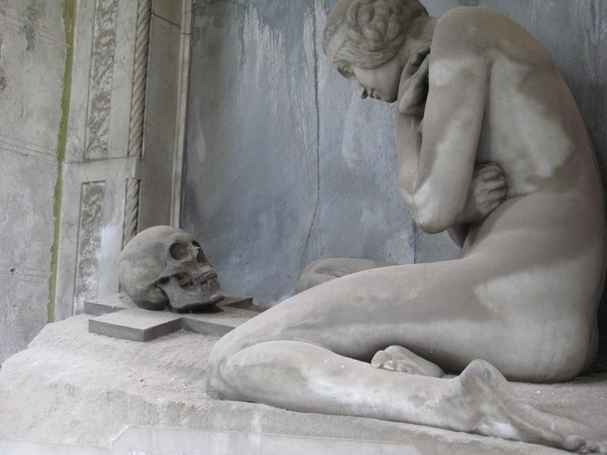 Cementerio de Staglieno. Génova. 'Alguien camina sobre tu tumba'