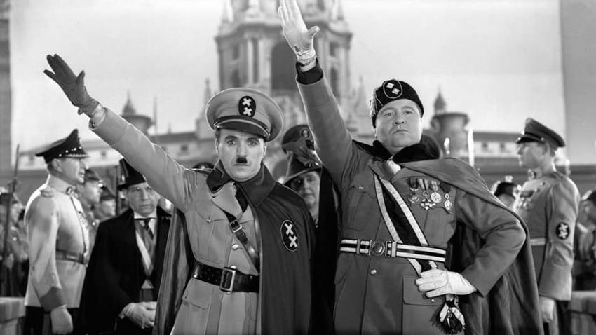Charles Chaplin y Jack Oakie en El gran dictador.