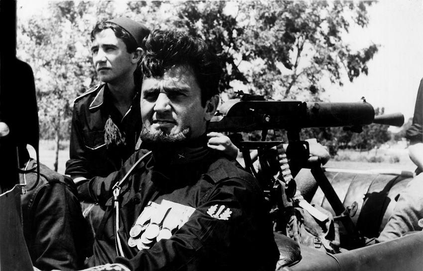 Roger Hanin es el capitán Paolinelli en La marcha sobre roma.