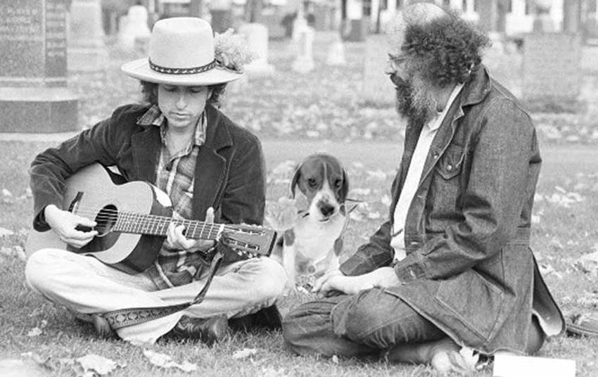 Allen Ginsberg junto a Bob Dylan.