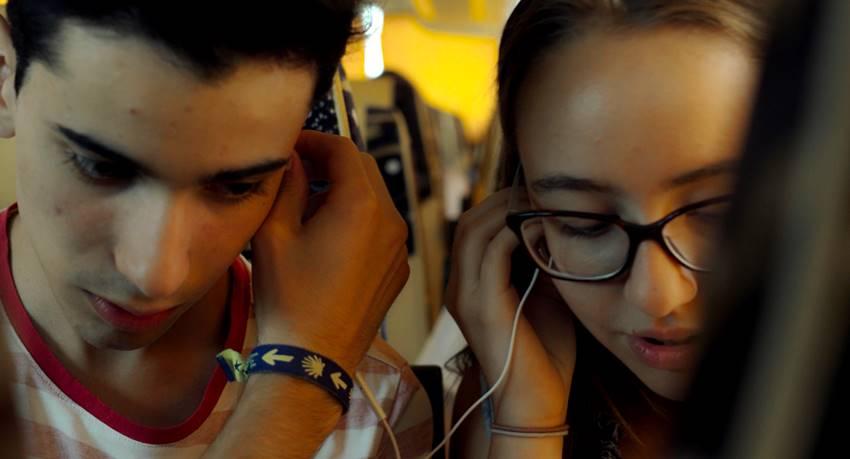 Dos de los adolescentes que participan en Quién lo impide de Jonás Trueba.