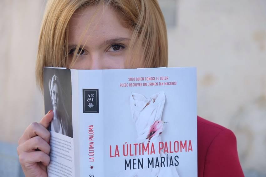 La escritora Men Marías con su segunda novela, La última paloma.