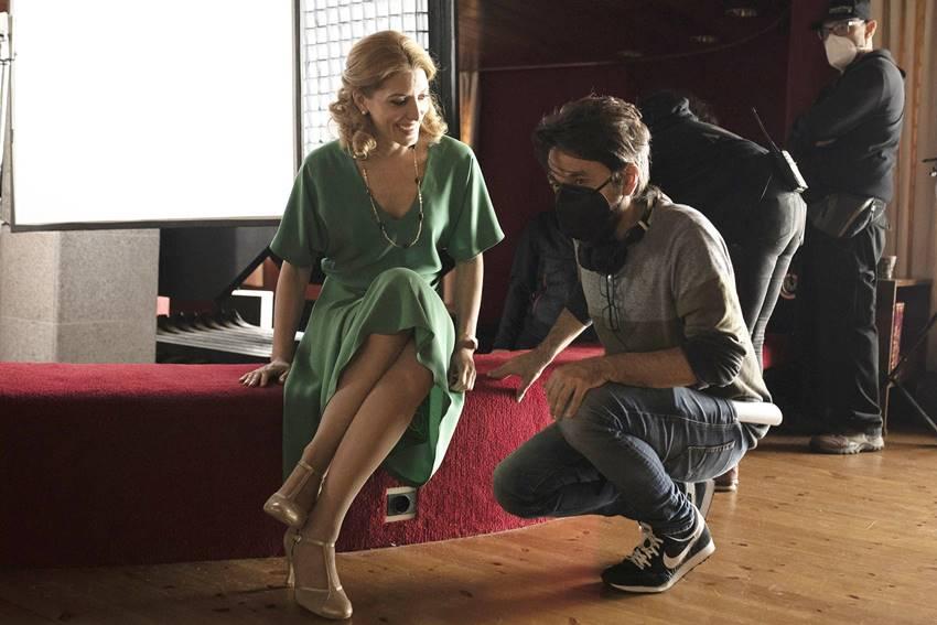 La actriz Bárbara Lennie junto al director Oriol Paulo durante el rodaje de Los renglones torcidos de Dios.