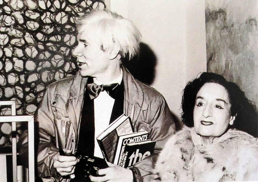 Maruja Mallo junto a Andy Warhol.