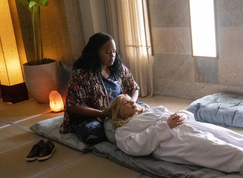 Belinda (Natasha Rothwell) y Tanya (Jennifer Coolidge) en The White Lotus.