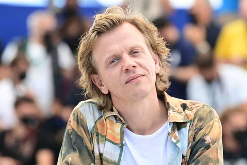 Alex Lutz presentando Vortex en Cannes.