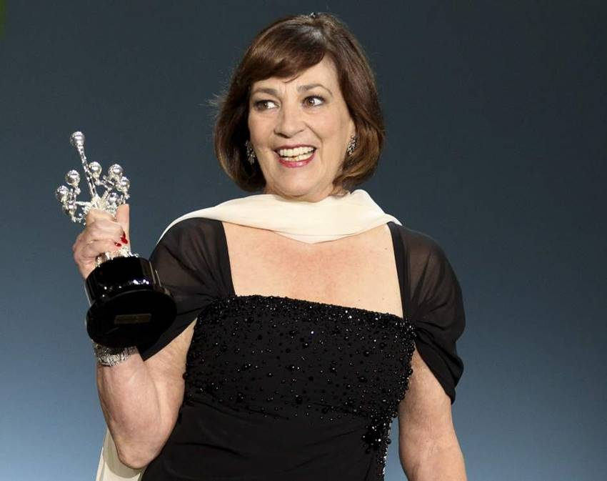 Carmen Maura recibiendo el premio Donostia en el marco de la 61º edición del Festival de Cine de San Sebastián. Mujeres del cine.