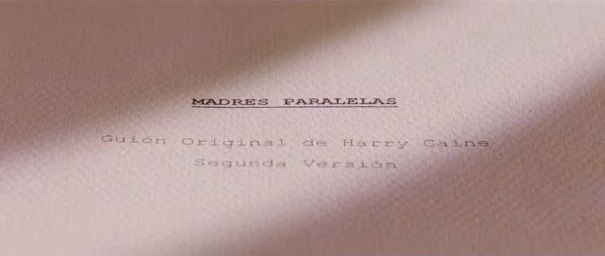 Harry Caine firmando el guion de Madres paralelas en Los abrazos rotos..