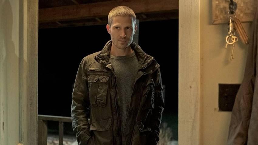 Zach Gilford como Riley Flynn en Misa de Medianoche.