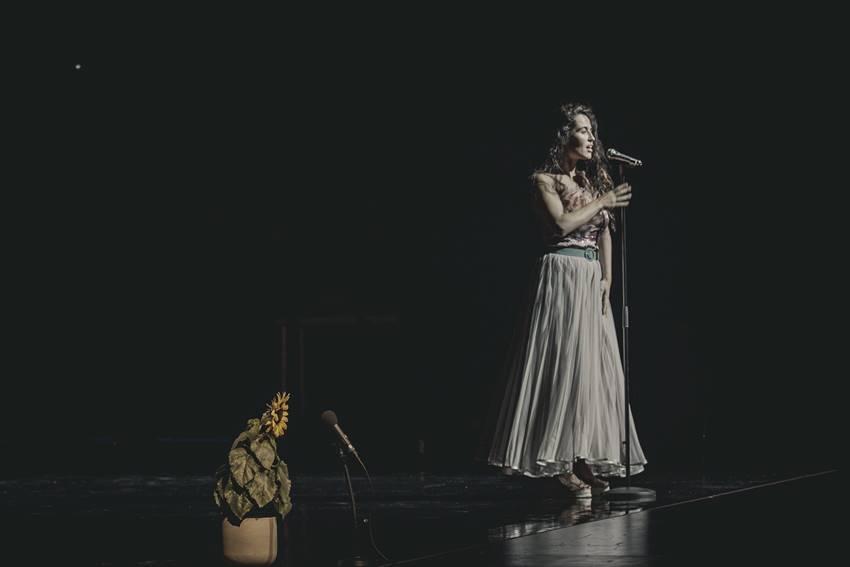 Sílvia Pérez Cruz en el Teatre Lliure de Barcelona. Foto: Farsa, género imposible. Foto: ©Álex Rademakers.