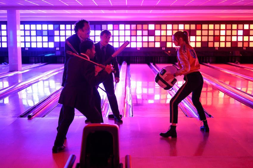 Karen Gillan como Sam en Gunpowder Milkshake. ¿No os recuerda una escena de Kill Bill pero con  la chaqueta de Ryan Gosling en Drive?