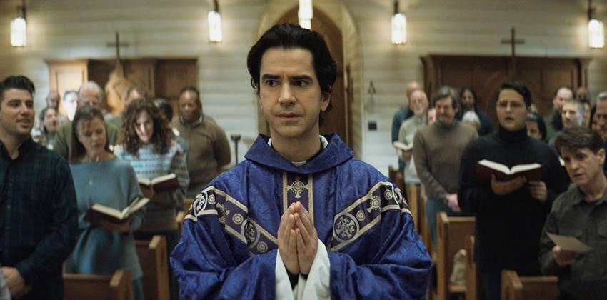 Hamish Linklater como el padre Paul.