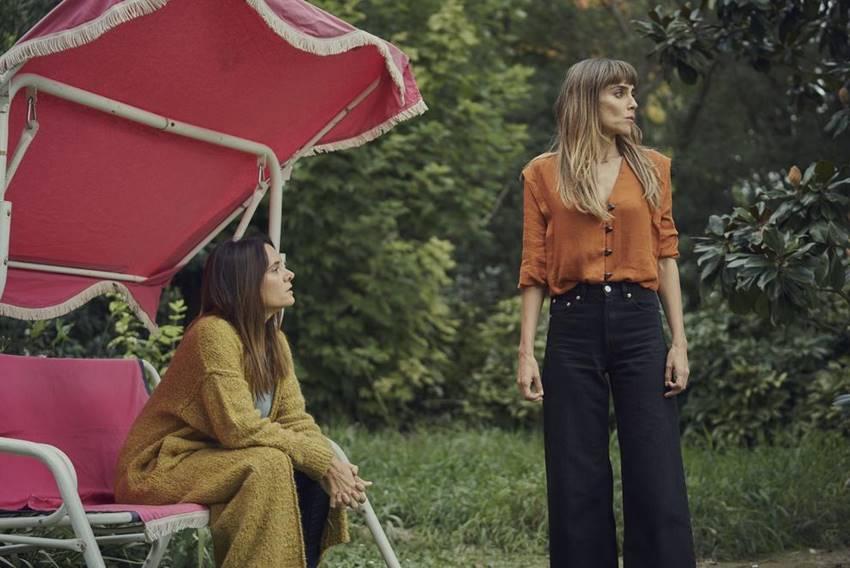 Irene Arcos y Eva Santaolaria en un momento de la serie Todos mienten.