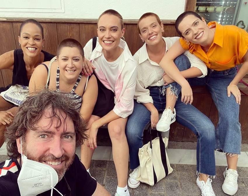 El director y las actrices protagonistas de la serie Las de la última fila de Netflix.