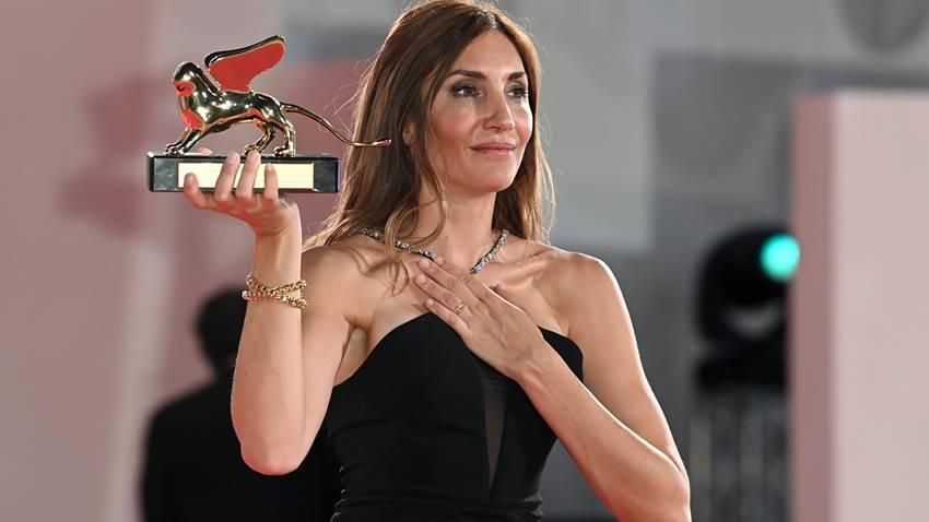 La directora Audrey Diwan gana el León de Oro por la película El acontecimiento. EFE/EPA/Ettore Ferrari.