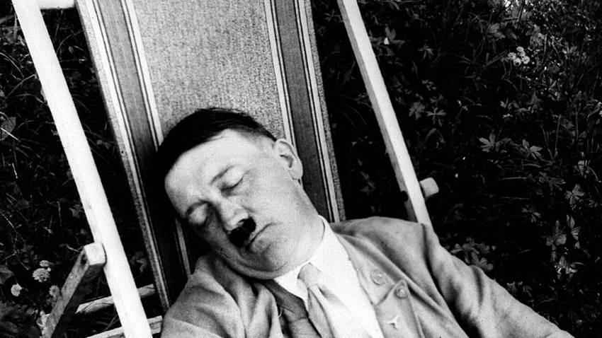 Adolf Hitler echando la siesta.